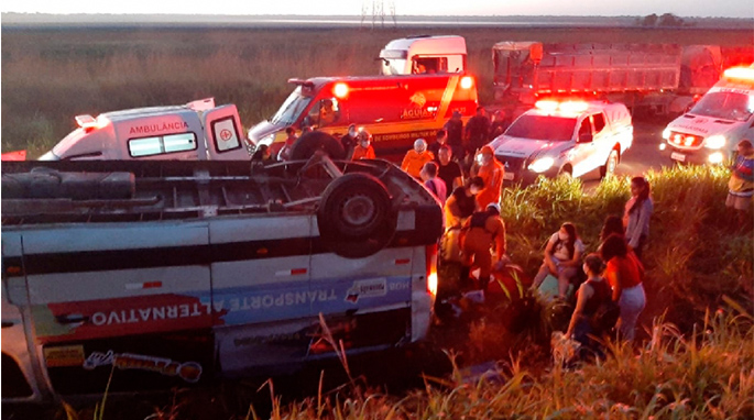Van capota e 16 passageiros ficam feridos em Campo de Peris, na BR-135