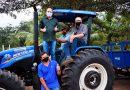 Hildo Rocha, Neto Carvalho e César Pires entregam patrulha mecanizada para agricultores de Magalhães de Almeida
